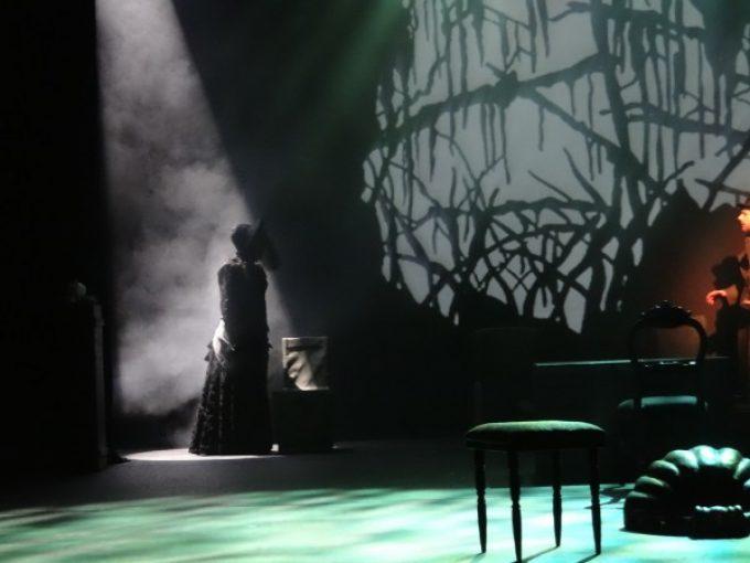 die Frau in schwarz